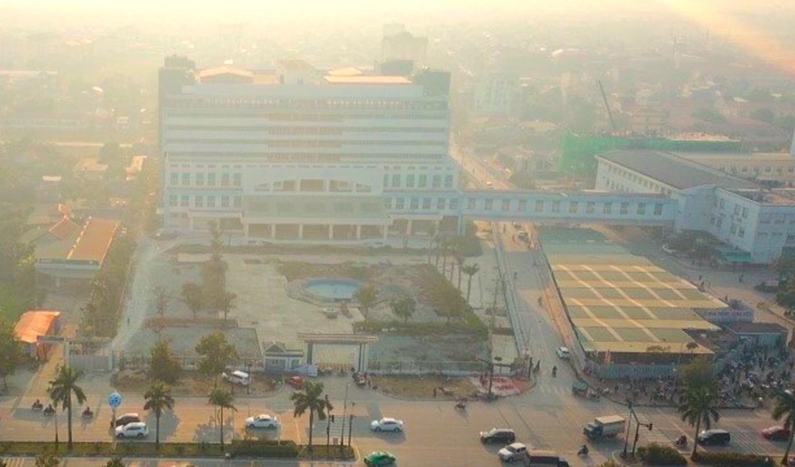 Cảnh nhếch nhác, cỏ mọc um tùm trong dự án bệnh viện nghìn tỷ lớn nhất Bắc Trung Bộ - Ảnh 1.