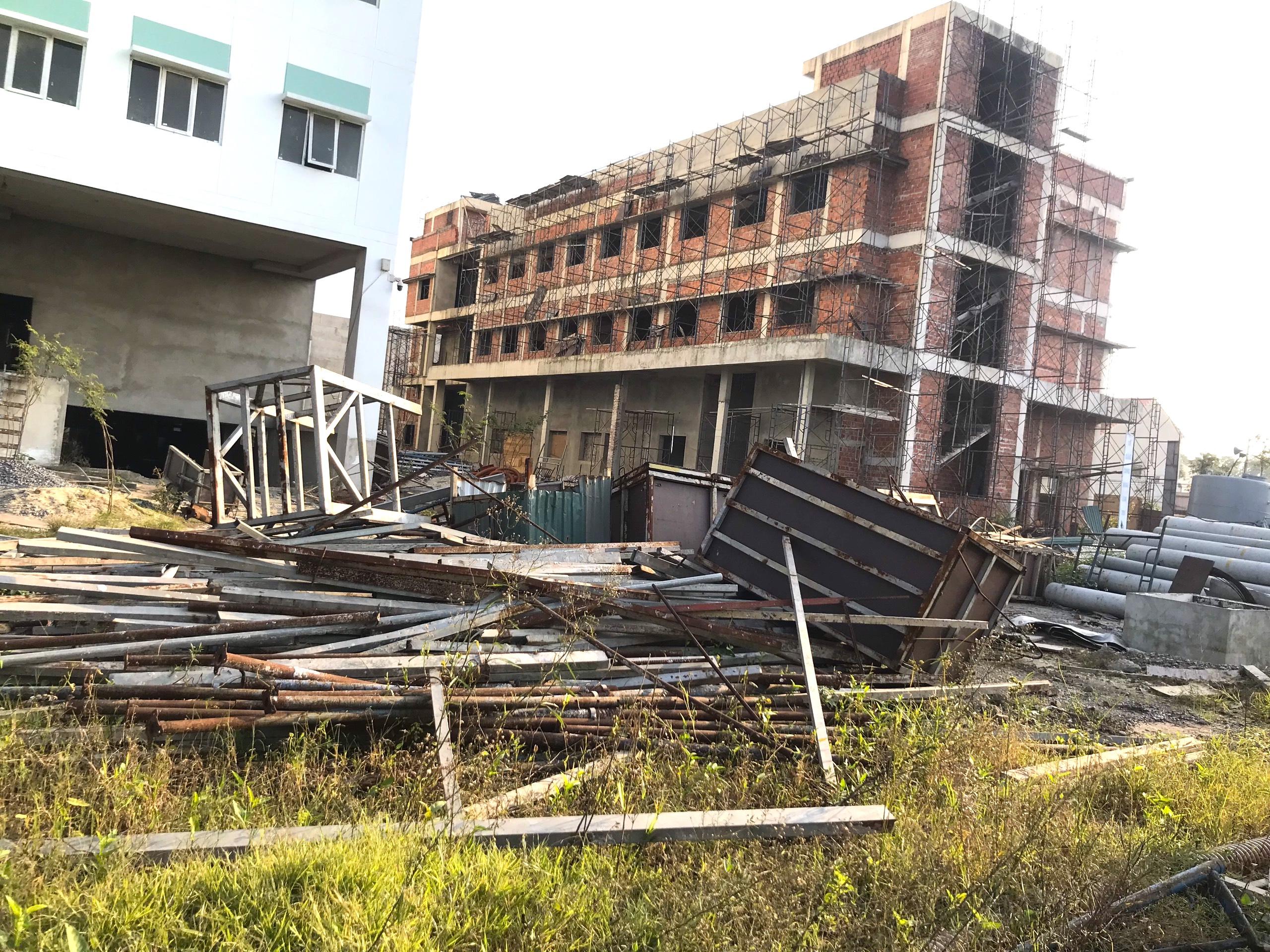 Cảnh nhếch nhác, cỏ mọc um tùm trong dự án bệnh viện nghìn tỷ lớn nhất Bắc Trung Bộ - Ảnh 16.