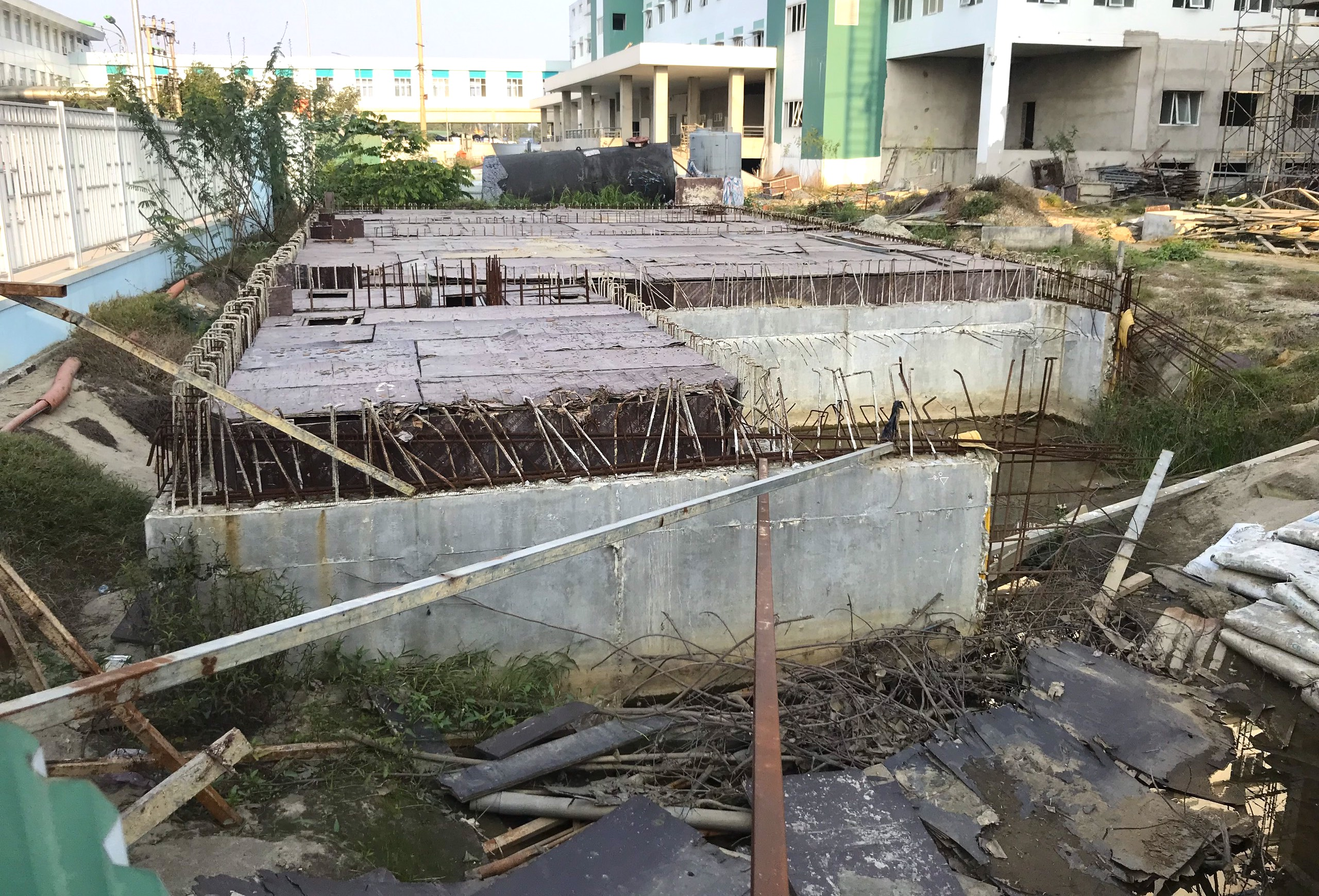 Cảnh nhếch nhác, cỏ mọc um tùm trong dự án bệnh viện nghìn tỷ lớn nhất Bắc Trung Bộ - Ảnh 9.