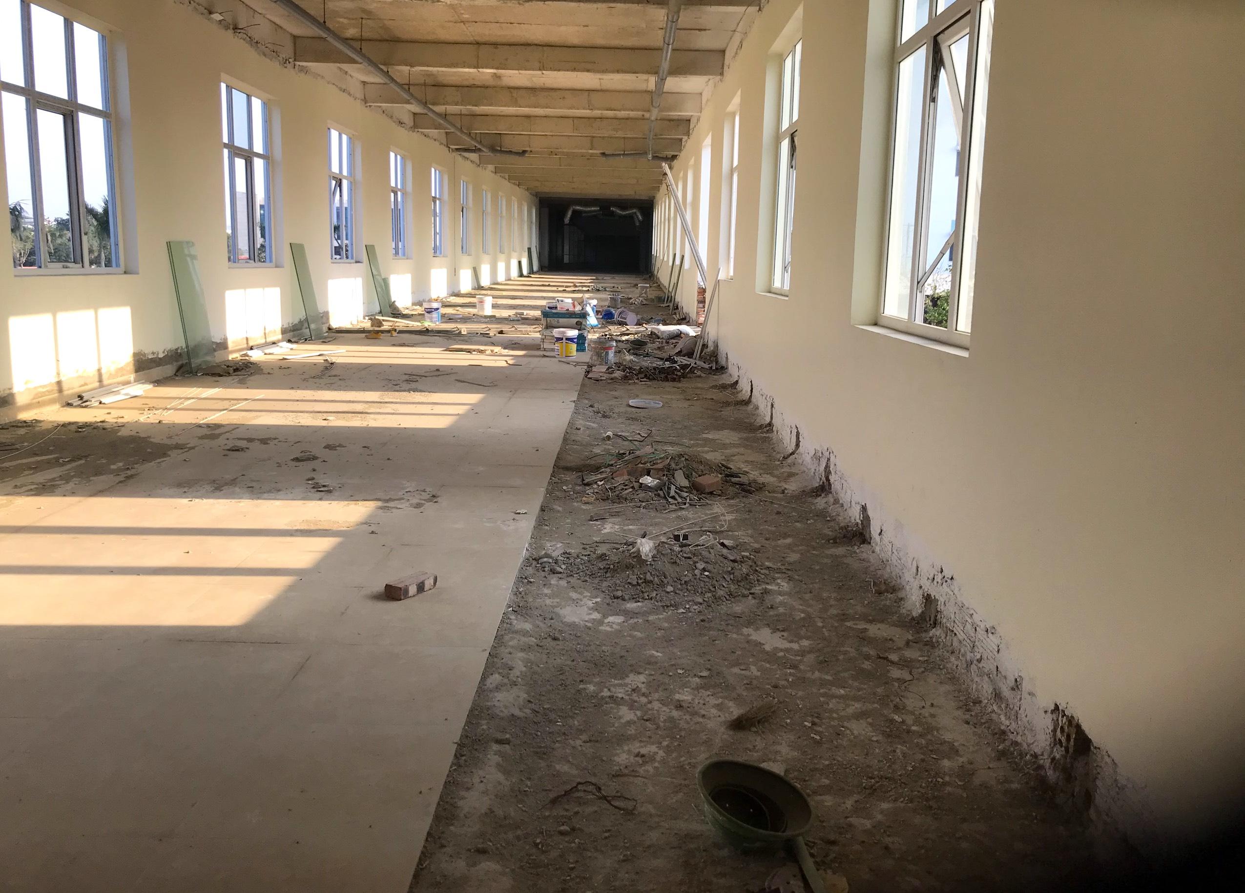 Cảnh nhếch nhác, cỏ mọc um tùm trong dự án bệnh viện nghìn tỷ lớn nhất Bắc Trung Bộ - Ảnh 13.