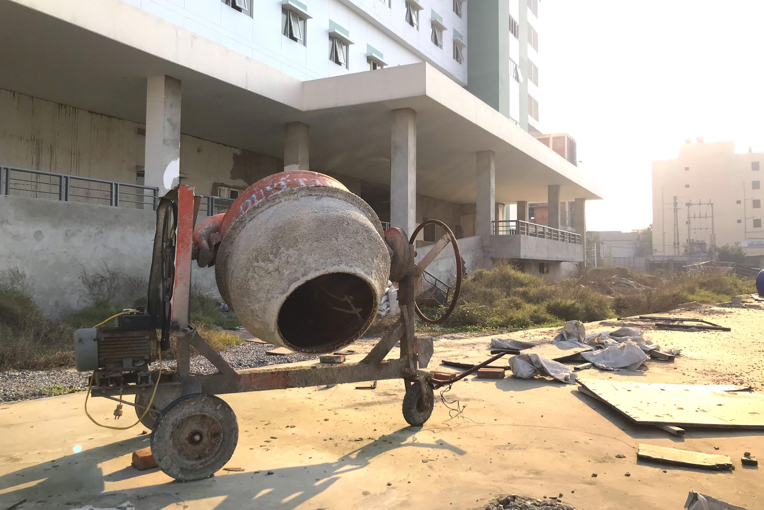 Cảnh nhếch nhác, cỏ mọc um tùm trong dự án bệnh viện nghìn tỷ lớn nhất Bắc Trung Bộ - Ảnh 14.