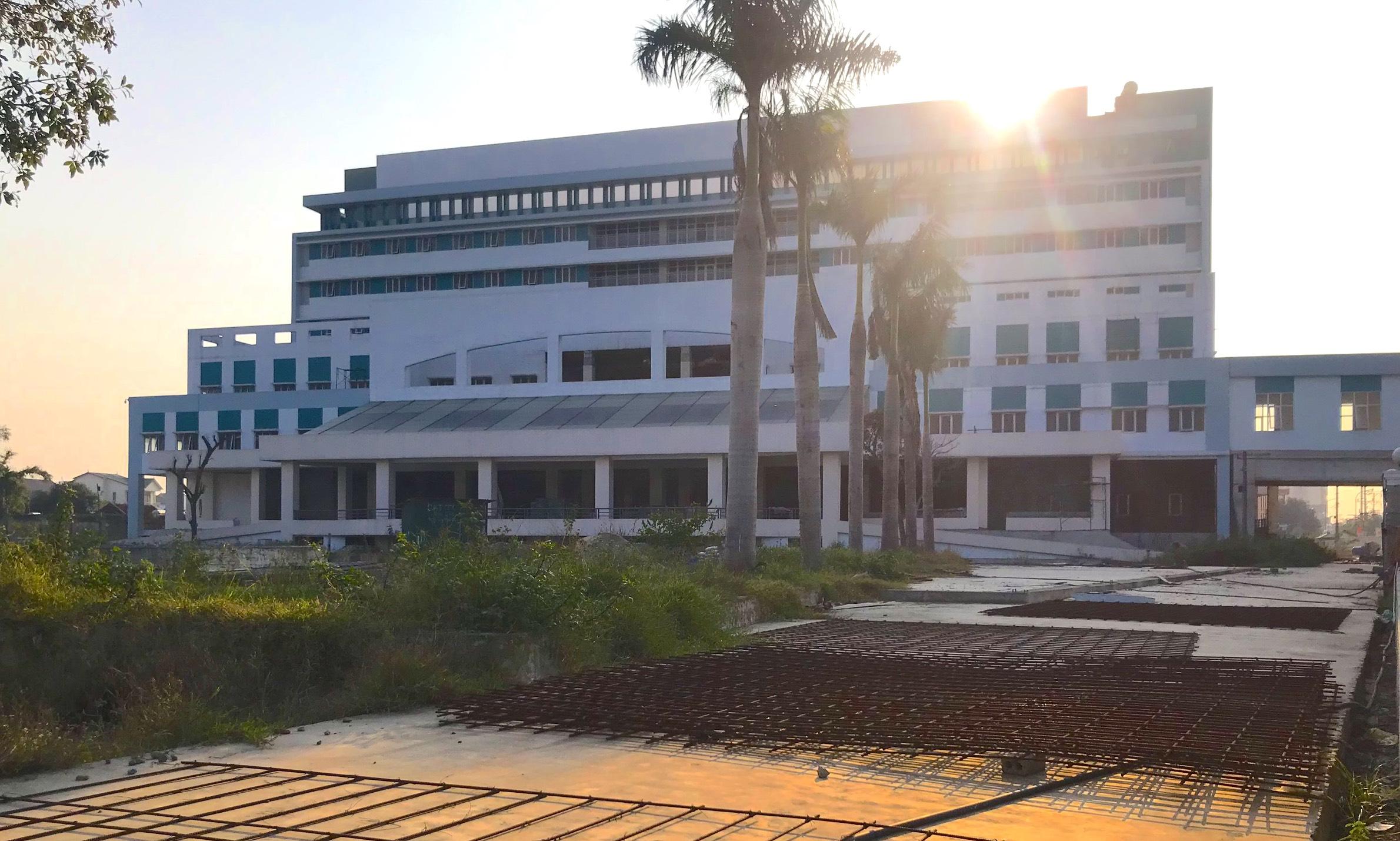 Cảnh nhếch nhác, cỏ mọc um tùm trong dự án bệnh viện nghìn tỷ lớn nhất Bắc Trung Bộ - Ảnh 3.