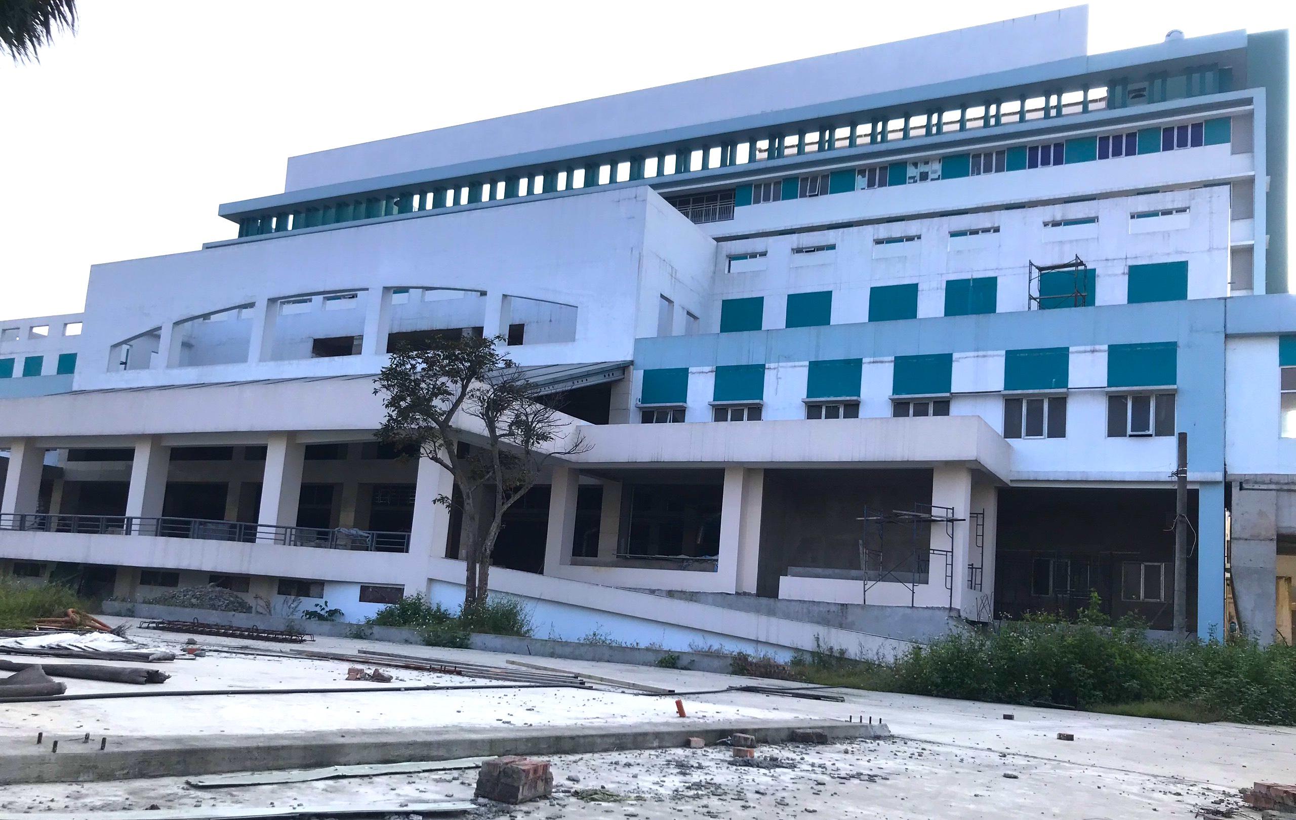 Cảnh nhếch nhác, cỏ mọc um tùm trong dự án bệnh viện nghìn tỷ lớn nhất Bắc Trung Bộ - Ảnh 4.