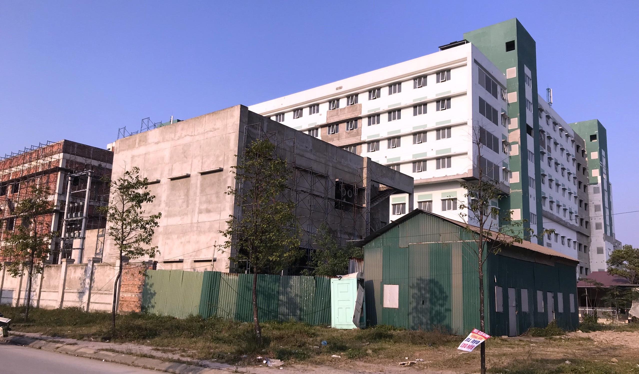 Cảnh nhếch nhác, cỏ mọc um tùm trong dự án bệnh viện nghìn tỷ lớn nhất Bắc Trung Bộ - Ảnh 6.