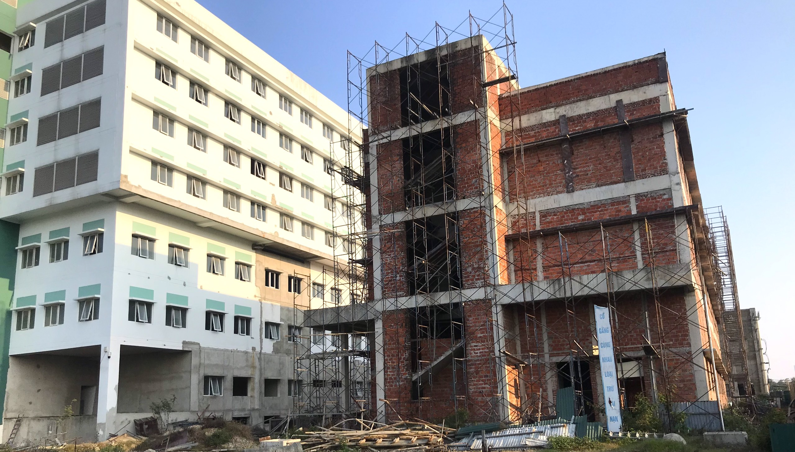 Cảnh nhếch nhác, cỏ mọc um tùm trong dự án bệnh viện nghìn tỷ lớn nhất Bắc Trung Bộ - Ảnh 7.