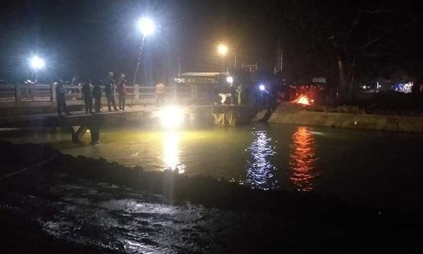 Giăng lưới tìm kiếm bé trai 9 tuổi rơi xuống sông đào - Ảnh 1.