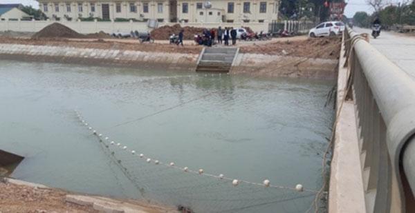 Giăng lưới tìm kiếm bé trai 9 tuổi rơi xuống sông đào - Ảnh 2.