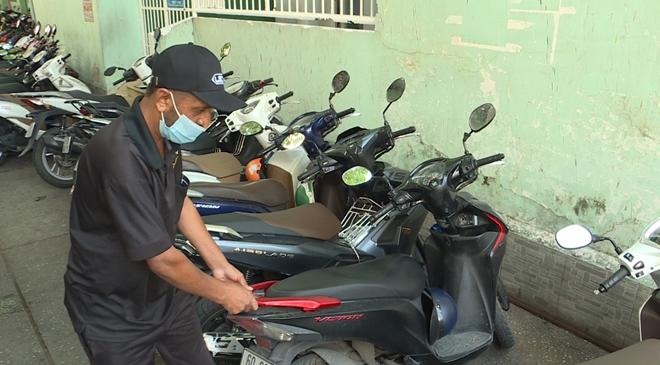 Tây mưu sinh trên đường phố Sài Gòn mùa dịch COVID-19 - Ảnh 1.