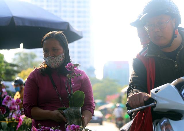 Người dân Thủ đô tranh nhau mua địa lan siêu đẹp giá 130.000 đồng/giỏ chơi Tết - Ảnh 13.