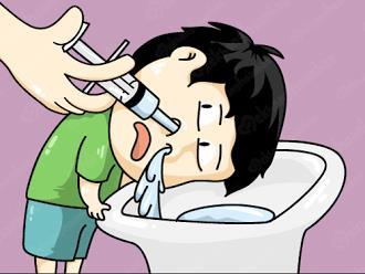 Rất nhiều mẹ Việt thích rửa mũi cho con: Bác sĩ Nhi cảnh báo tác hại nguy hiểm khi rửa không đúng cách - Ảnh 3.