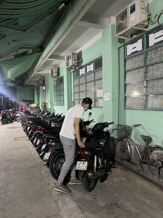 Tây mưu sinh trên đường phố Sài Gòn mùa dịch COVID-19 - Ảnh 3.