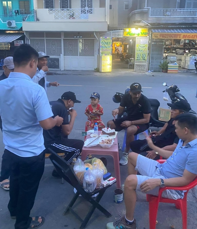 Tây mưu sinh trên đường phố Sài Gòn mùa dịch COVID-19 - Ảnh 4.
