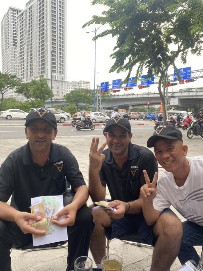 Tây mưu sinh trên đường phố Sài Gòn mùa dịch COVID-19 - Ảnh 8.
