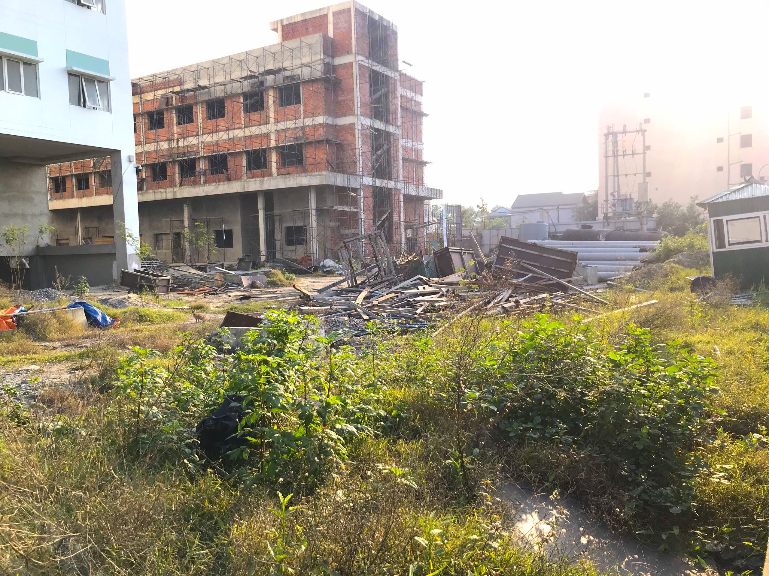 Cảnh nhếch nhác, cỏ mọc um tùm trong dự án bệnh viện nghìn tỷ lớn nhất Bắc Trung Bộ - Ảnh 11.