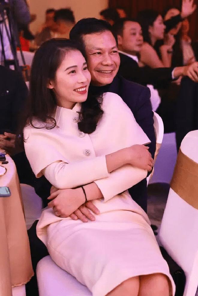 Cách đối xử ở chỗ đông người của đại gia Shark Hưng với vợ á hậu kém 16 tuổi - Ảnh 9.