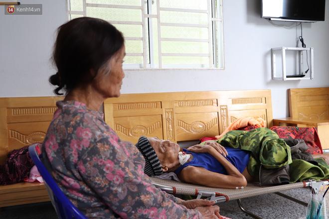 Xót cảnh cụ bà chăm chồng lở loét khắp người, muốn đưa đi viện nhưng không đủ chi phí: Ổng chỉ mong chết đi cho bà bớt khổ - Ảnh 1.