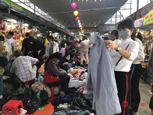 Mưa rét bất thường, chợ đồ cũ vài chục ngàn đồng/món đông khách chưa từng thấy - Ảnh 1.