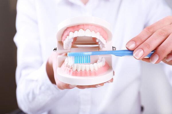 Sức khỏe bắt đầu từ hàm răng: BS nói bạn chắc chắn đang có vấn đề về răng vì chưa làm tốt 3 việc - Ảnh 2.