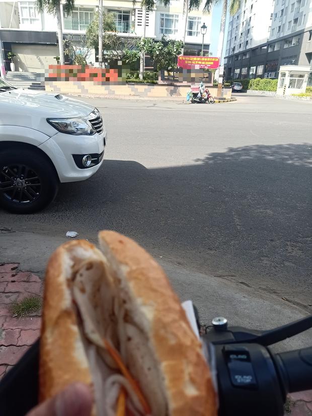 Mua bánh mì giá cắt cổ ở khu người giàu, anh tài xế xe ôm công nghệ sốc nhẹ, cả ngày chỉ cầm chứ không dám ăn - Ảnh 2.
