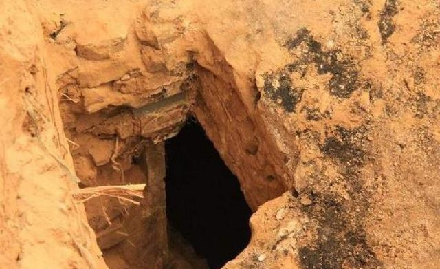 Đào mộ cho mẹ, chàng trai phát hiện hố đen cỡ lớn trong vườn - Hàng xóm hối lộ 1,7 tỷ đổi lấy kho báu - Ảnh 1.