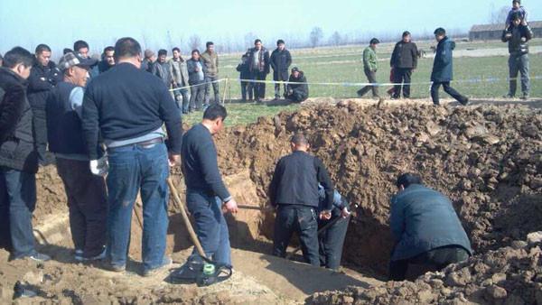 Đào mộ cho mẹ, chàng trai phát hiện hố đen cỡ lớn trong vườn - Hàng xóm hối lộ 1,7 tỷ đổi lấy kho báu - Ảnh 3.