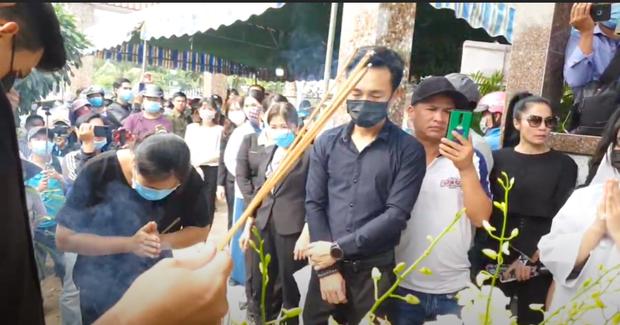 Lễ an táng ca sĩ Vân Quang Long tại Đồng Tháp: Con gái lớn ôm tro cốt, vợ cũ để tang, Linh Lan khóc nghẹn ôm con gái - ảnh 1