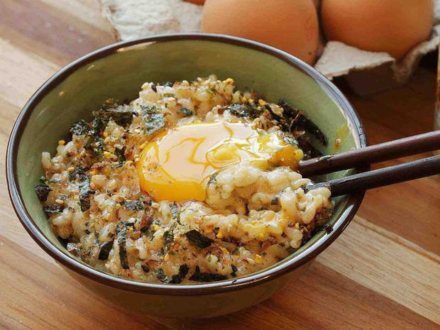 Cơm nóng trộn trứng sống - sa tế: Món ăn đang hot trên MXH mấy ngày nay, hóa ra lại dễ làm và vô cùng thơm ngon nhờ loại gia vị made in Việt Nam này - Ảnh 3.