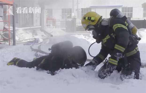 Lính cứu hoả vùi mặt vào tuyết, lý do phía sau khiến dân mạng rơi nước mắt - Ảnh 1.