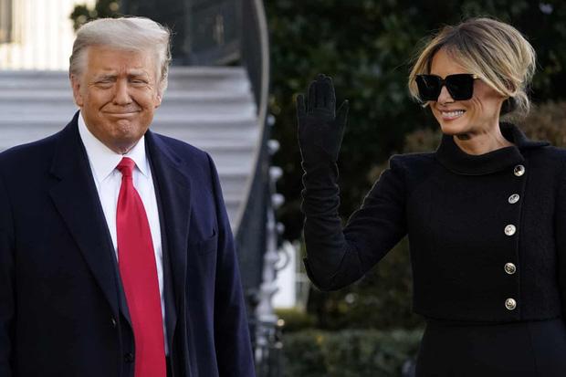 Trong khoảnh khắc cuối trước lúc rời khỏi Nhà Trắng, cựu Đệ Nhất Phu Nhân Melania Trump gây bất ngờ vì có hành động đặc biệt khác lạ với chồng - Ảnh 2.
