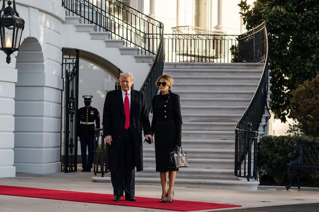 Trong khoảnh khắc cuối trước lúc rời khỏi Nhà Trắng, cựu Đệ Nhất Phu Nhân Melania Trump gây bất ngờ vì có hành động đặc biệt khác lạ với chồng - Ảnh 5.