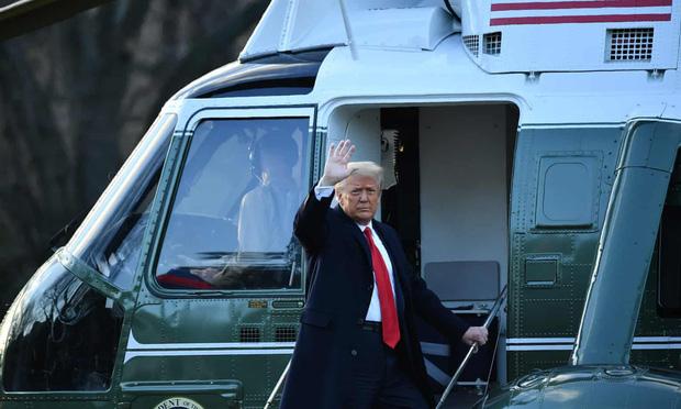 Trong khoảnh khắc cuối trước lúc rời khỏi Nhà Trắng, cựu Đệ Nhất Phu Nhân Melania Trump gây bất ngờ vì có hành động đặc biệt khác lạ với chồng - Ảnh 3.