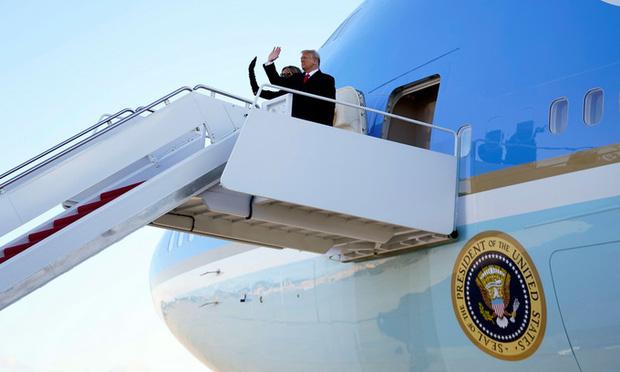 Trong khoảnh khắc cuối trước lúc rời khỏi Nhà Trắng, cựu Đệ Nhất Phu Nhân Melania Trump gây bất ngờ vì có hành động đặc biệt khác lạ với chồng - Ảnh 9.