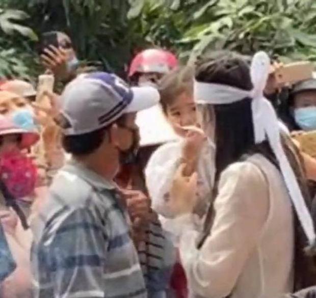 Linh Lan khóc lóc xin lỗi, mẹ Vân Quang Long phủi tay bỏ đi, vợ cũ ứng xử bất ngờ - Ảnh 1.