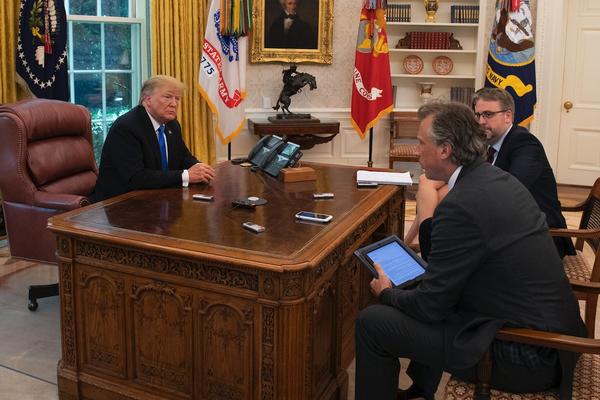 TT Biden bỏ nút gọi nước ngọt trên bàn làm việc của ông Trump - ảnh 1