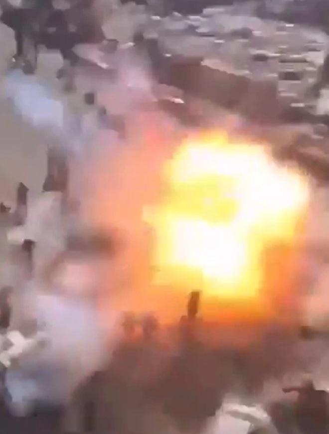 Video: Hãi hùng khoảnh khắc khủng bố IS nổ bom tự sát khiến hơn 132 người thương vong - ảnh 1