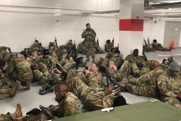 Hàng ngàn lính Vệ binh Mỹ bị đuổi xuống hầm để xe sau lễ nhậm chức - Ảnh 1.