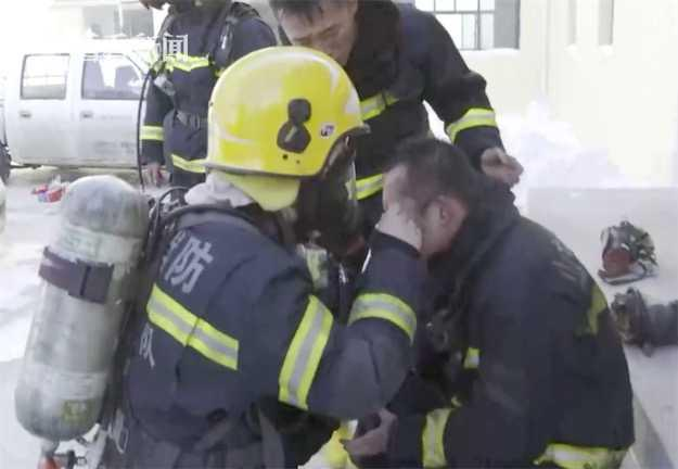 Lính cứu hoả vùi mặt vào tuyết, lý do phía sau khiến dân mạng rơi nước mắt - Ảnh 3.