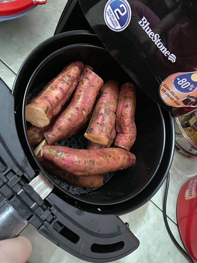 Chỉ cần làm theo cách cực dễ này là có món khoai nướng nóng hổi, ăn vào những ngày trời lạnh hợp phải biết - Ảnh 2.