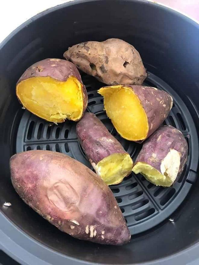 Chỉ cần làm theo cách cực dễ này là có món khoai nướng nóng hổi, ăn vào những ngày trời lạnh hợp phải biết - Ảnh 12.