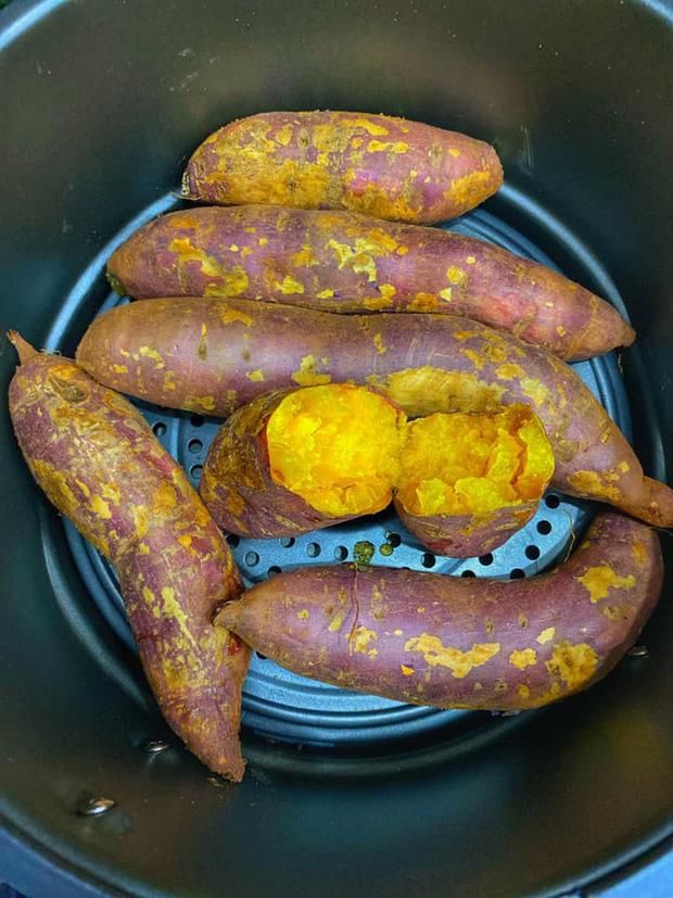 Chỉ cần làm theo cách cực dễ này là có món khoai nướng nóng hổi, ăn vào những ngày trời lạnh hợp phải biết - Ảnh 5.