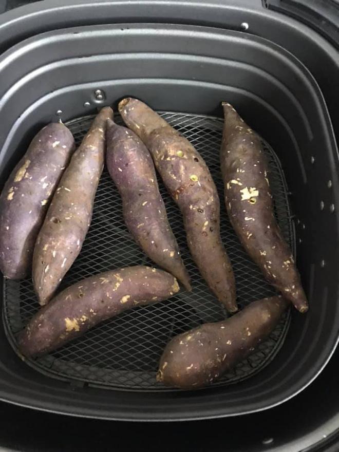 Chỉ cần làm theo cách cực dễ này là có món khoai nướng nóng hổi, ăn vào những ngày trời lạnh hợp phải biết - Ảnh 9.