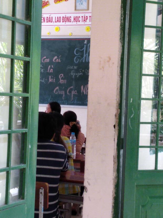 Nhà trường tổ chức họp phụ huynh, chỉ 1 dòng chữ trên bảng khiến nhiều bậc cha mẹ khóc hết nước mắt - Ảnh 1.