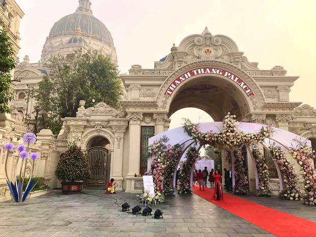 Xôn xao đám cưới khủng trong lâu đài dát vàng 10.000m2 ở Ninh Bình: Thực đơn khiến tất cả choáng - Ảnh 1.