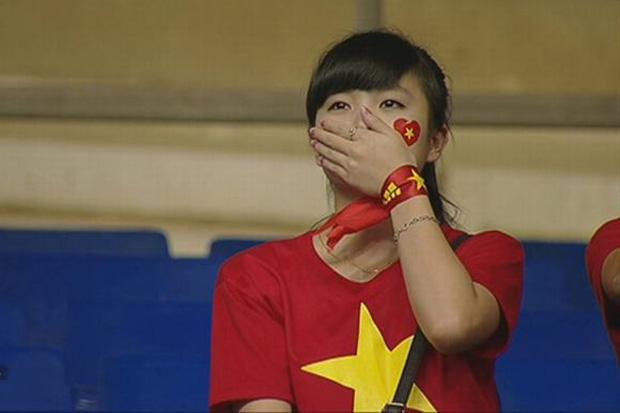 Nữ sinh khóc nức nở khi đội tuyển Việt Nam thua trận, ai ngờ khoảnh khắc chụp lén lại thay đổi cuộc đời ngoạn mục - Ảnh 1.