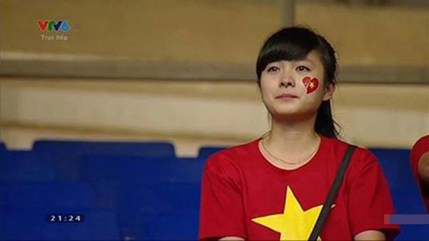 Nữ sinh khóc nức nở khi đội tuyển Việt Nam thua trận, ai ngờ khoảnh khắc chụp lén lại thay đổi cuộc đời ngoạn mục - Ảnh 2.