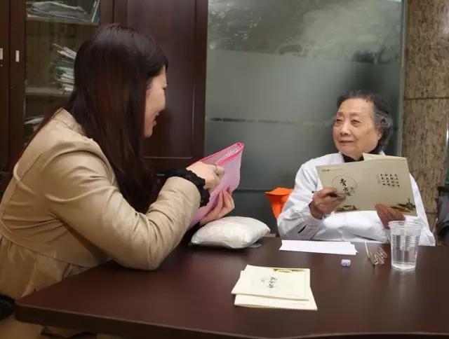 Bậc thầy Đông y 100 tuổi có mái tóc đen, hàm răng chắc khỏe: Nhờ kiên trì làm 1 động tác - Ảnh 2.