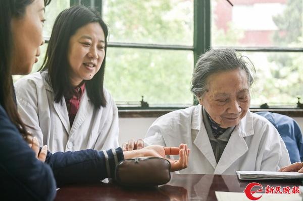 Bậc thầy Đông y 100 tuổi có mái tóc đen, hàm răng chắc khỏe: Nhờ kiên trì làm 1 động tác - Ảnh 4.