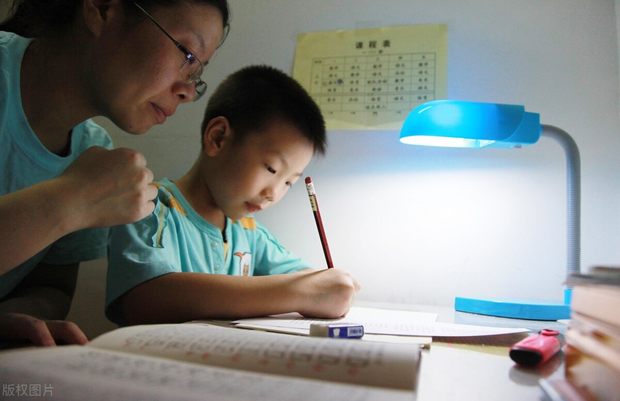 Tiểu Bảo đang học dưới sự giám sát của mẹ