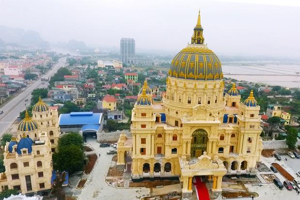 Cận cảnh lâu đài dát vàng của đại gia xi măng ở Ninh Bình: Xây thô hết 400 tỷ, nội thất đắt đến choáng ngợp - Ảnh 2.