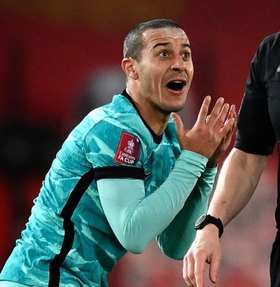Sao Liverpool né bóng giúp Bruno Fernandes đá phạt thành bàn - Ảnh 2.